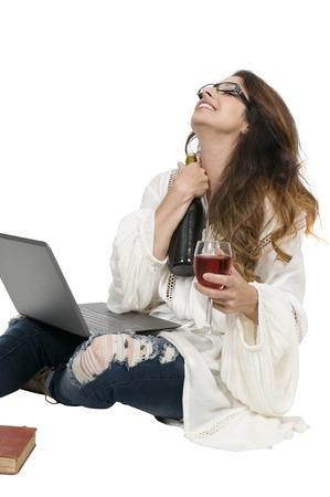 alcoholismo: Hermosa mujer sosteniendo una botella de vino y vasos Foto de archivo