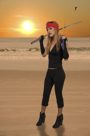 Belle jeune femme pirate avec sabre sabre sabre Banque d'images - 96430016