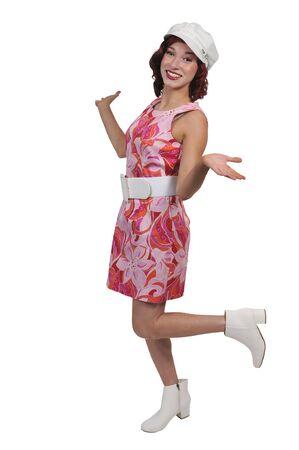 Mujer atractiva joven y bella en un vestido de la vendimia Foto de archivo - 98076340
