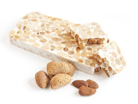 Turron, traditioneel Spaans dessert amandel op een witte plaat Stockfoto