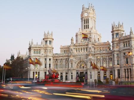 Avond verkeer op Plaza de Cibeles in Madrid, Spanje Redactioneel