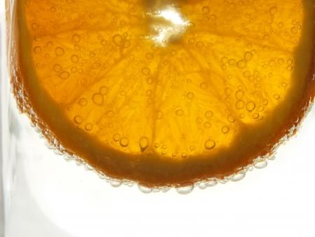 rodaja de naranja sumergidas en burbuja gaseosa