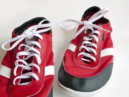 fondo azul: zapatos rojos sobre fondo blanco