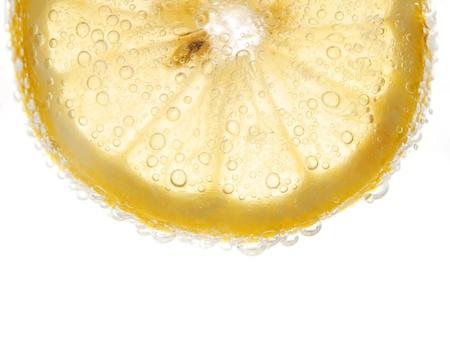 parte: limón con burbujas aisladas en blanco