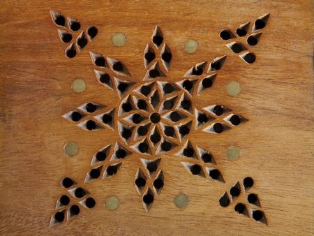 marqueteria: pedazo de madera con incrustaciones y perforados en las estrellas Foto de archivo