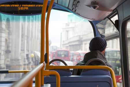 pasajero en un típico autobús de Londres de la ciudad en un día lluvioso