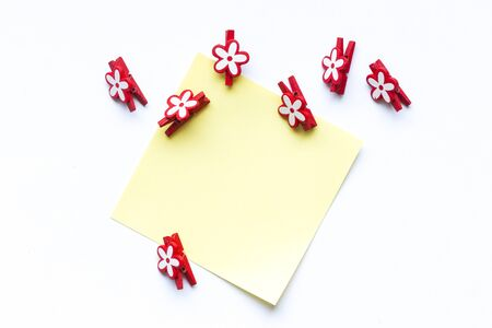 bulletinboard: note paper with clip and flower