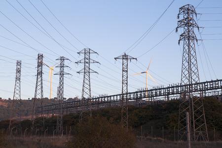 torres de alta tension: torres de alta tensión con molinos de viento