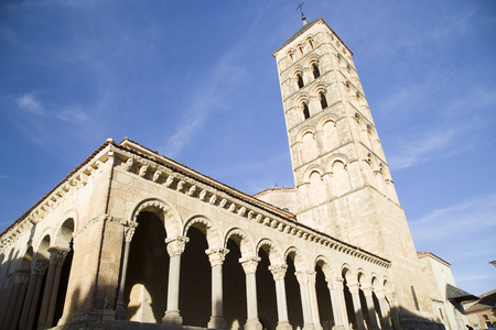 Romanesque columns of the Church of St. martin in segovia, Spain Banque d'images - 117389775