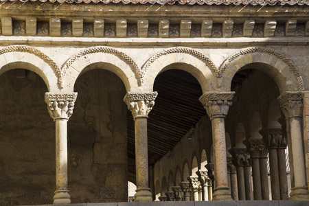 Romanesque columns of the Church of St. martin in segovia, Spain Banque d'images - 117389770