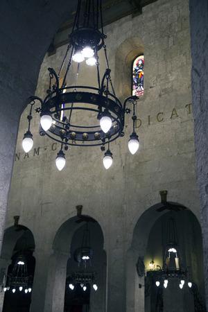 SIRACUSA, SICILIA, ITALIA, 20 DE JULIO DE 2018 Interior del Duomo di Siracusa. La catedral se inició en el siglo sà © ptimo e incorpora columnas de un antiguo templo griego. Editorial