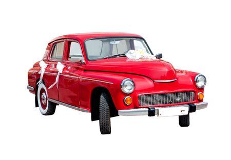 Rode Trouwauto die over wit wordt geïsoleerd.