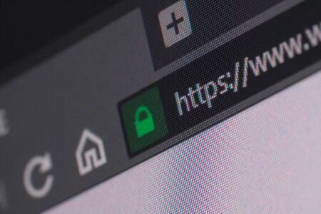 Webbrowser-Nahaufnahme auf LCD-Bildschirm mit Tiefenschärfe und Fokus auf https-Wort. Internetsicherheit, SSL-Zertifikat, Cybersicherheit, Suchmaschinen- und Webbrowser-Konzepte
