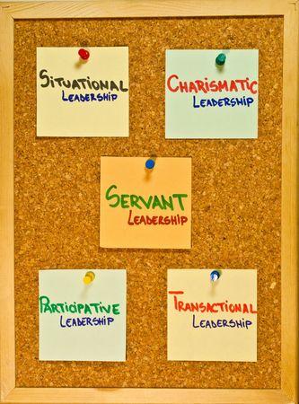 leiderschap: Post-it notities op een houten bord vertegenwoordigen leiderschap theorieën