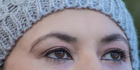 beaux yeux: Femme avec de beaux yeux, tir en plein air