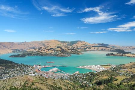 ポート ・ ヒルズでニュージーランドの南島クライストチャーチ ゴンドラ駅の上からリトルトン港の空撮。