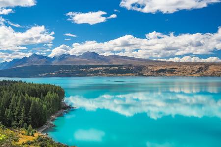 푸 카키 호수는 청록색의 물이 후지산 산에서 나옵니다. 쿡과 태즈 만 빙하. (남섬, 뉴질랜드)