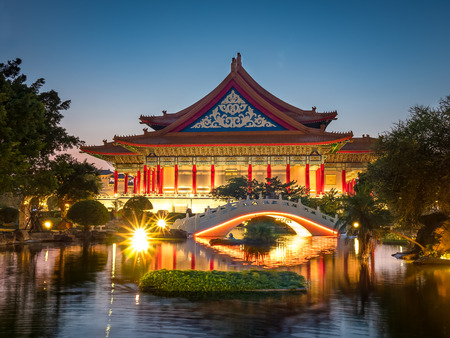 National Concert Hall and Guanghua Ponds, at night in Taipei, Taiwan. Foto de archivo