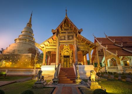 Wat Phra Singh Temple at night in Chiang Mai. Foto de archivo