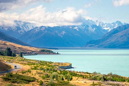A camper van is driving along Lake Lake Pukaki in Mount Cook National Park, New Zealand. Foto de archivo