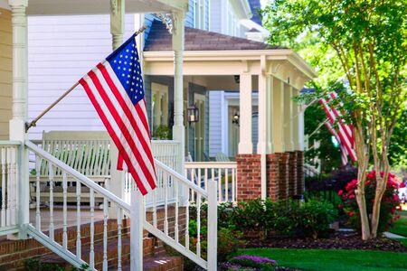 Banderas americanas en los porches delanteros