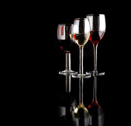 ワイングラスはガラスのテーブル トップに反映されています。 写真素材