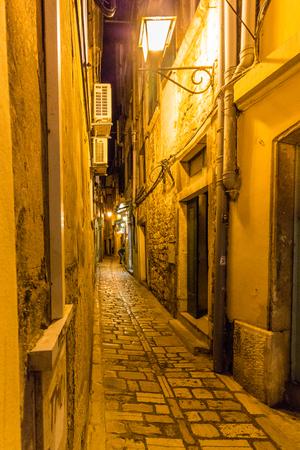 Narrow alley in rovinj Standard-Bild
