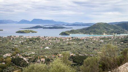Blick von Lefkada auf die Stadt Nydri und die Inseln Sparti Lefkados, Skorpios und Madouri
