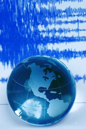 sismogr�fo: Globo de quake y mundial de tierra  Foto de archivo