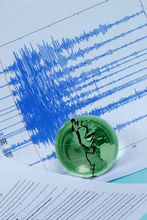 sismogr�fo: Globo de quake y mundial de la tierra  Foto de archivo
