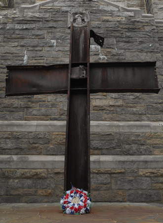 A World Trade Center 9-11-2001 Crucifix style cross from 9-11 World Trade Center debris at Good Shepard Church, Inwood Park section of Manhattan Island, NYC Foto de archivo