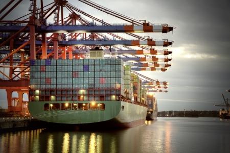commerce: Terminal � conteneurs � Hambourg, Allemagne tir de nuit