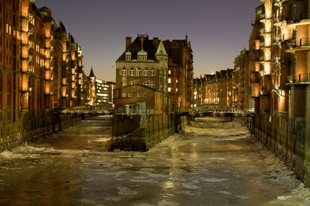 attraktion: Night in the warehouses in Hamburg  Photo during a cold winter, night shot
