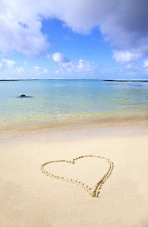 mauritius: Hart in het zand op het strand van Mauritius.