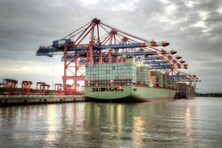 Container ship in the harbor of Hamburg. Foto de archivo