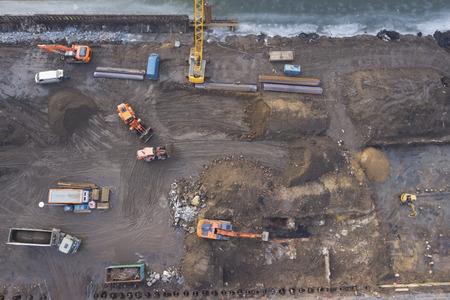 上面図、建設現場で働くパワー ショベル 写真素材