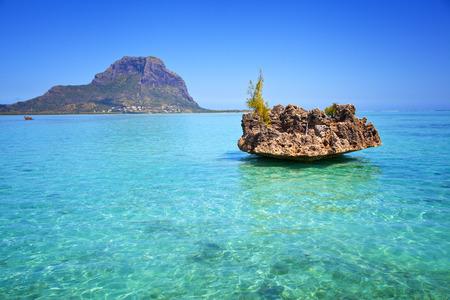 mauritius: Uitzicht vanaf de Indische Oceaan naar het eiland Mauritius Zuidkust van het eiland Stockfoto