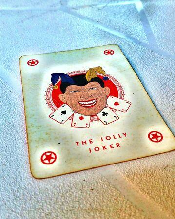 Jolly / joker jugando a la tarjeta en color Foto de archivo - 82239585