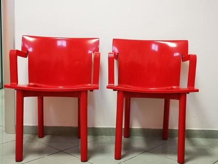 sedie moderne rosse nella sala d'attesa di un ufficio italiano Archivio Fotografico