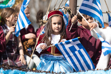 Chicago, Illinois, USA - April 29, 2018  Children wearing traditional clothing waving the greek flag at the Greek Independence  Day Parade Standard-Bild - 106862668