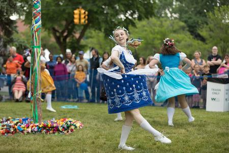 Frankenmuth,密歇根州,美国 -  2018年6月10日,Frankenmuth舞蹈中心的成员在巴伐利亚节日在巴伐利亚节日进行Maypole舞蹈。