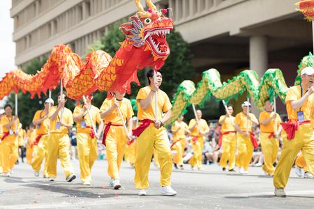 Indianapolis, Indiana, USA - 26 mai 2018, les membres de l'Indianapolis Chinese Community Center, Inc. portant des vêtements traditionnels chinois et tenant des dragons à l'Indy 500 Parade Éditoriale