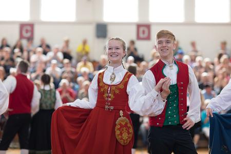 Stoughton, Wisconsin, USA - 19. Mai 2018 Die norwegischen Tänzer von Stoughton, die traditionelle Kleidung aus Norwegen tragen, führen während des Syttende Mai Stoughton Festivals, dem norwegischen Verfassungstag, traditionelle Tänze beim Community Building Performance auf. Editorial
