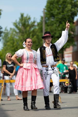 Whiting, Indiana, USA - July 28, 2018 Men and women wearing traditional slovak clothing perform traditional slovak dances at the Pierogi Fest 新闻类图片