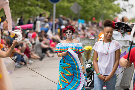 Cleveland, Ohio, USA - June 9, 2018 Men and women wearing traditional mexican clothing and face paint, like sugar skulls At the abstract art festival Parade The Circle Redactioneel