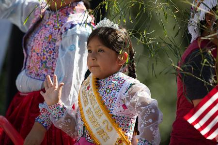 Washington, D.C., USA - September 29, 2018: The Fiesta DC Parade, Peruvian child wearing traditional clothing waving at the spectators Foto de archivo - 116662914