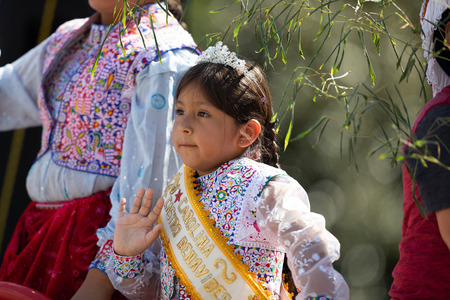 Washington, D.C., USA - September 29, 2018: The Fiesta DC Parade, Peruvian child wearing traditional clothing waving at the spectators Foto de archivo - 116662915