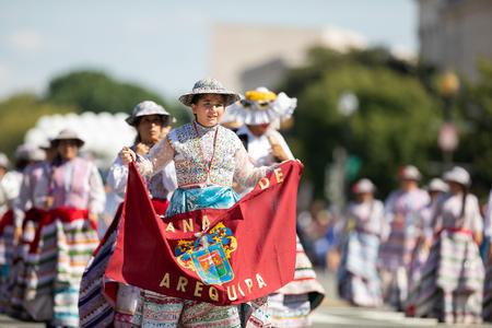 Washington, D.C., USA - September 29, 2018: The Fiesta DC Parade, Peruvian women wearing traditional clothing danicng during the parade Foto de archivo - 116662919