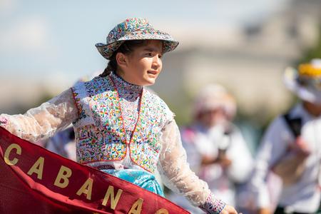 Washington, D.C., USA - September 29, 2018: The Fiesta DC Parade, Peruvian women wearing traditional clothing danicng during the parade Foto de archivo - 116662923
