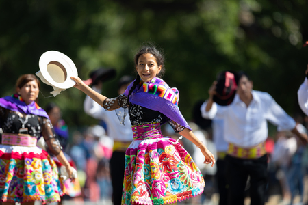 Washington, D.C., USA - September 29, 2018: The Fiesta DC Parade, Peruvian women wearing traditional clothing danicng during the parade Foto de archivo - 116662991